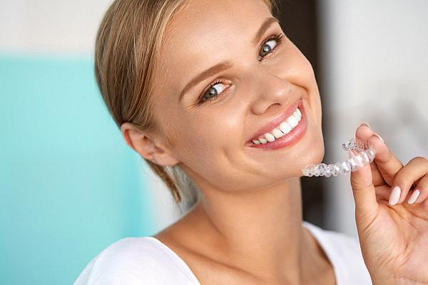 Невидимые каппы — элайнеры — позволяют избавиться от дефектов зубного ряда быстро.