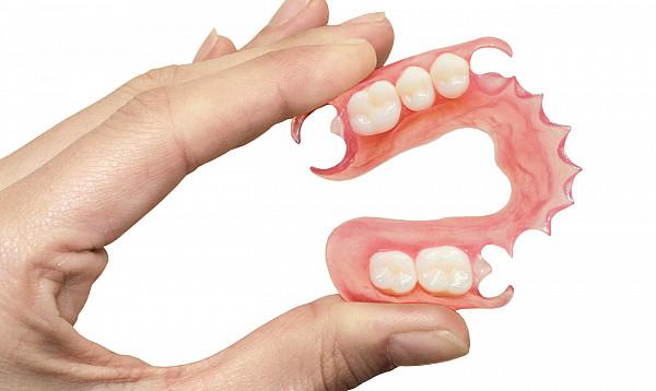 Частично съемные зубные протезы из полимерных материалов